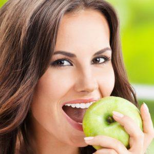 בריאות הוליסטית - אישה אוכלת תפוח