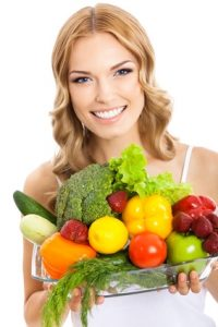 תזונה לפוריות - אשה מחזיקה מצרכי מזון (2)